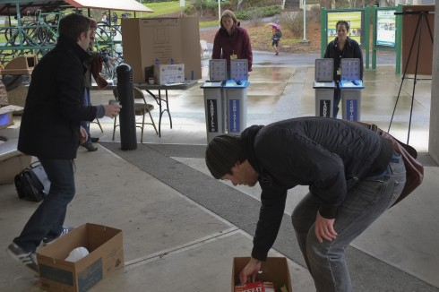 SOU students (foreground) participate in Recycle Relay while Roxane Beigel-Coryell and Heather Kendall look on (background). photo: Muuqi Maxwell/The Siskiyou